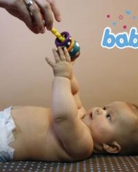 Baby greift Spielzeug